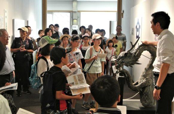 ③学芸員から竜神の説明を聞く・・・一宮市博物館